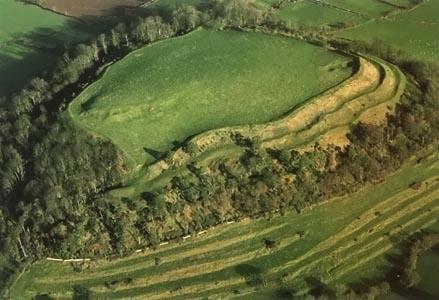 Το πυργοειδές φρούριο του Καντμπούρι στο Σόμερσετ, ο τόπος που διεκδικεί περισσότερο απ όλους τον τίτλο του «πραγματικού» Κάμελοτ.