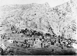 """Καστρί (Αρχαίοι Δελφοί): Η τείχιση του χωριού της βυζαντινής εποχής του έδωσε και την ονομασία """"Καστρί"""" που έφερε ως τα τέλη του 19ου αι. Το 1892 αρχίζουν οι ανασκαφές, απομακρύνεται το χωριό Καστρί, για να εμφανιστεί και πάλι ο ιερός χώρος των Δελφών."""