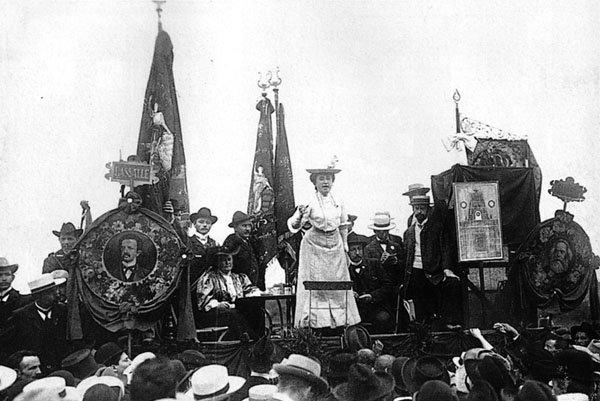 Η Rosa Luxemburg μιλά σε πλήθος υποστηρικτών της το 1907