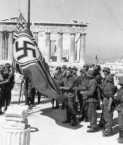 Γερμανοί στρατιώτες της Βέρμαχτ υψώνουν τη Σβάστικα στον Ιερό Βράχο της Ακρόπολης