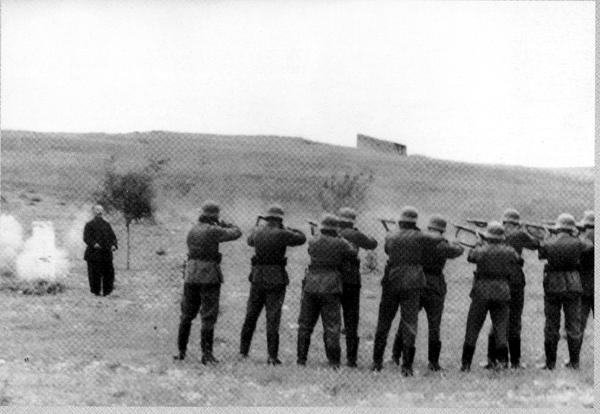 Γερμανοί στρατιώτες εκτελούν Έλληνα πατριώτη