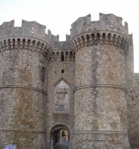 Η θαλασσινή Πύλη, Πάνω από την είσοδο και ανάμεσα στους πύργους το έμβλημα του P. d' Aubusson, με ένα ανάγλυφο την Παρθένο Μαρία μεταξύ Αγ. Πέτρου κ Παύλου (Προσωπικό αρχείο)