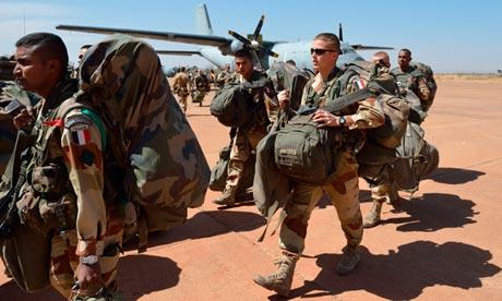 Γάλλοι αλεξιπτωτιστές φτάνουν σε στρατιωτικό αεροδρόμιο του Μαλί
