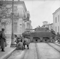 Βρετανικό άρμα στους δρόμους της Αθήνας, την περίοδο των Δεκεμβριανών
