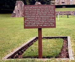 Ο Τάφος του Βασιλιά Αρθούρου, Αββαείο Γκλάστονμπερι