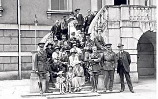 Τραυματίες στρτατιώτες και επισκέπτες στο Woodcote Park, Surrey. Η οικία της οικογένειας Calvert  επιταγμένη από τον βρετανικό στρατό, 1914. Φωτογραφία: Getty