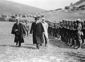 Ο Ελευθέριος Βενιζέλος και ο ναύαρχος Παύλος Κουντουριώτης επιθεωρούν ελληνικές στρατιωτικές μονάδες το καλοκαίρι του 1918, Αθήνα, Εθνικό Ιστορικό Μουσείο