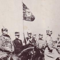 Επίσκεψη του Κωνσταντίνου Α΄ της Ελλάδας στον Κάιζερ. Ο Κωνσταντίνος Α΄ της Ελλάδας είναι με γερμανική στρατιωτική στολή και πίσω απ' τον Κάιζερ. Συνοδεύεται από Ελλήνα αξιωματικό (δεύτερος απ' αριστερά)