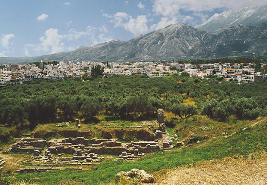 Αρχαιολογικά ευρήματα στη Σπάρτη με φόντο τη σύγχρονη πόλη και τον Ταΰγετο