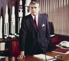 Ο Βέρνερ φον Μπράουν (23 Μαρτίου 1912 – 16 Ιουνίου 1977), Γερμανός φυσικός και μηχανικός με σημαντική συμβολή στην δημιουργία βαλλιστικών πυραύλων και πυραύλων που μετέφεραν τους αστροναύτες στην Σελήνη.