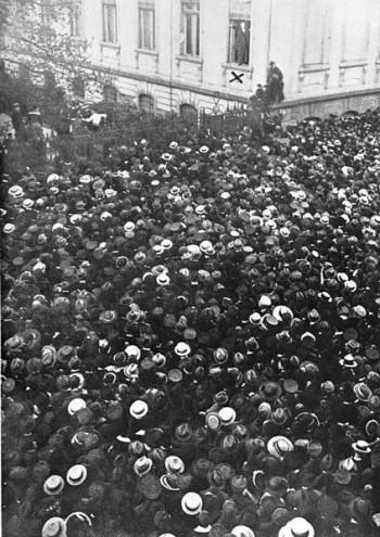 Ομιλία του Philipp Scheidemann, μέλους του SDP και δεύτερου πρωθυπουργού της Δημοκρατίας της Βαϊμάρης, προς Γερμανούς πολίτες, από ένα παράθυρο, 9 Νοεμβρίου 1918