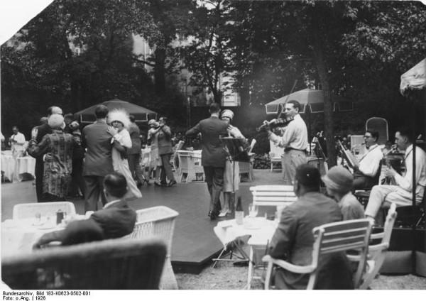 Παρά τα οικονομικά προβλήματα, στη Γερμανία της Βαϊμάρης η τέχνη γνώρισε μεγάλη άνθιση και η δίψα για τη ζωή μεταφράστηκε σ' ένα ξέφρενο γλέντι. Ζευγάρια χορεύουν στον κήπο του ξενοδοχείου Esplanade, Βερολίνο 1926