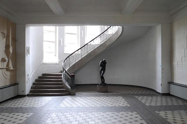 To φουαγιέ του Πανεπιστημίου της Βαϊμάρης σε ρυθμό Bauhaus