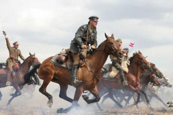"""Πολωνοί Ουλανοί επελαύνουν στην ταινία του 2011 """"Βitwa Warszawska 1920''"""