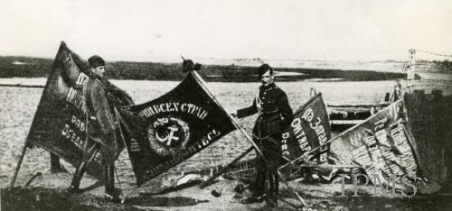 Πολωνοί στρατιώτες επιδεικνύουν σοβιετικές σημαίες,  που έπεσαν στα χέρια τους, μετά τη μάχη της Βαρσοβίας