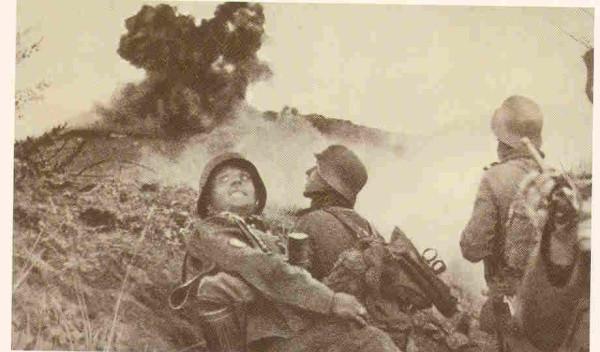 Γερμανοί στρατιώτες επιτίθενται με χειροβομβίδες στο ελληνικό οχυρό Ρούπελ