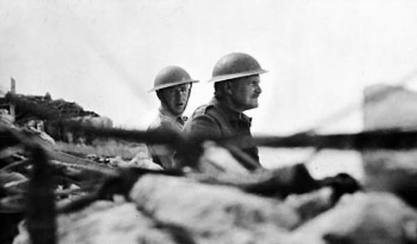 Ο υποστράτηγος Freyberg παρακολουθεί τη γερμανική εισβολή από το προπέτασμα ενός χαρακώματος