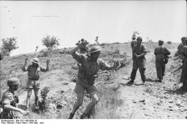 Aυστραλοί στρατιώτες παραδίδονται σε Γερμανούς αλεξιπτωτιστές