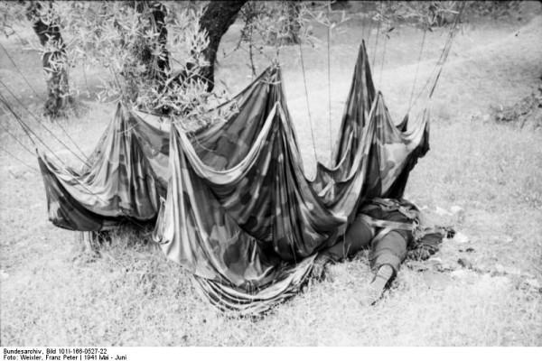 Πτώμα Γερμανού αλεξιπτωτιστή κείτεται σε ελαιοχώραφο των Χανίων