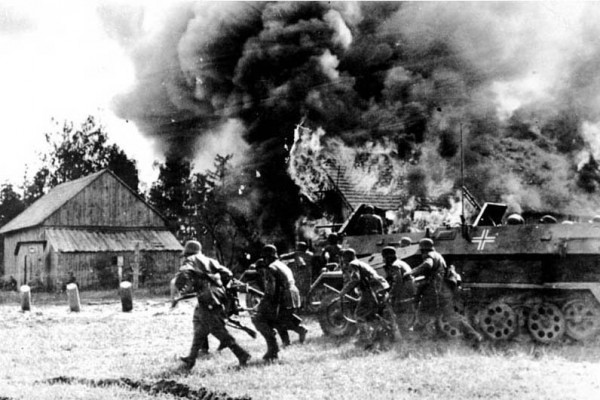 Γερμανοί στρατιώτες προελαύνουν εν μέσω φλεγόμενου χωριού της ρωσικής υπαίθρου