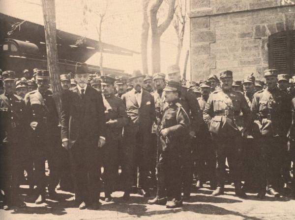 Η ελληνική πολιτική και στρατιωτική ηγεσία στην Κιουτάχεια για την επικείμενη κρίσιμη σύσκεψη. Δεύτερος αριστερά ο διοικητής της Στρατιάς Μικράς Ασίας, Α. Παπούλας και τρίτος αριστερά ο πρωθυπουργός Δ. Γούναρης (Αρχείο ΔΙΣ/ΓΕΣ)