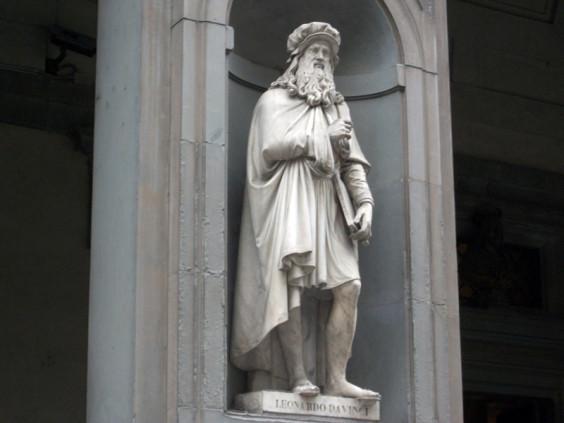 Άγαλμα του Λεονάρντο Ντα Βίντσι στη Φλωρεντία (φωτογραφικό αρχείο Κ. Κοφφινά)