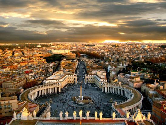 Πανοραμική άποψη της Πλατείας του Αγίου Πέτρου και των γύρω κτιρίων στο Βατικανό. Έξοχο παράδειγμα αναγεννησιακής και μπαρόκ αρχιτεκτονικής