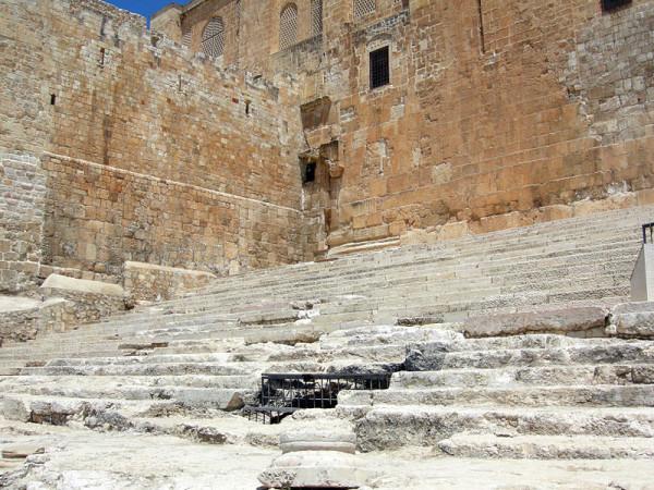 Τα ερείπια των Σκαλιών της Ανύψωσης, τα οποία αποκαλύφθηκαν από τον αρχαιολόγο Μπέντζαμιν Μαζάρ, στη νότια είσοδο της αυλής του Ναού. Οι πιστοί προσέρχονταν από αυτή την κατεύθυνση για να κάνου θυσίες στο Ναό