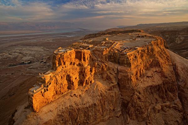 Μασάντα, το πανίσχυρο φρούριο που έκτισε ο Ηρώδης στην κορυφή ενός βράχου στην ανατολική άκρη της ερήμου της Ιουδαίας