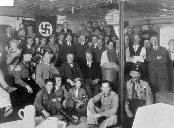 O Χίτλερ με μέλη του NSDAP σε εκδήλωση του κόμματος το 1930