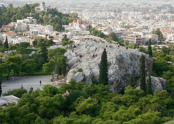 Ο Άρειος Πάγος, ο βραχώδης όγκος όπου οι Αθηναίοι αριστοκράτες συσκέπτονταν και λάμβαναν σημαντικές αποφάσεις την εποχή του Σόλωνα