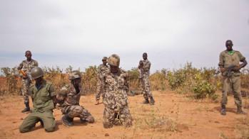 Στρατιώτες του κυβερνητικού στρατού του Μαλί περιφρουρούν λιποτάκτες