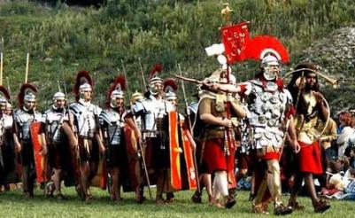 Σύγχρονη αναπαράσταση Ρωμαίων στρατιωτών σε πορεία
