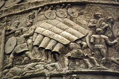 Ανάγλυφη αναπαράσταση της ρωμαϊκής πολεμικής τακτικής της ''χελώνας'' (testudo)