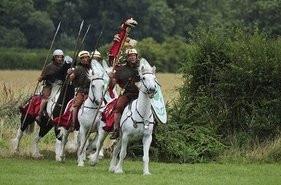 Ρωμαϊκό ιππικό εκτελεί επιθετικό ελιγμό (σύγχρονη αναπαράσταση)