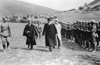 Ο πρωθυπουργός Ελ. Βενιζέλος επιθεωρεί ελληνικά στρατεύματα  στο μέτωπο της Μικράς Ασίας