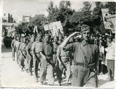 Διμοιρία ΕΛΑΣιτών εισέρχονται σε περιοχή της απελευθερωμένης Αθήνας