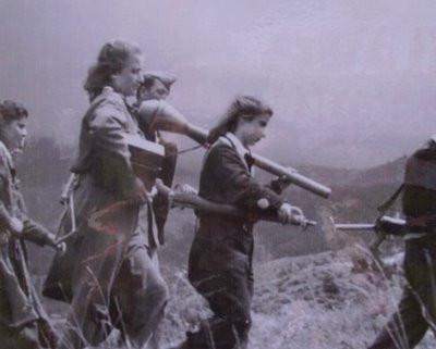 ΕΛΑΣίτισες φέρουν όπλα και πυρομαχικά ενώ κινούνται στις ελληνικές κορυφογραμμές