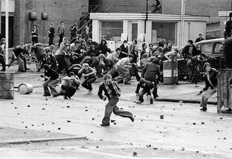 Πετροπόλεμος μεταξύ νεαρών διαδηλωτών και βρετανικών δυνάμεων ασφαλείας στο Μπέλφαστ