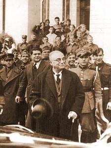 Ο Μεταξάς έξω από το ξενοδοχείο «Grande Bretagne». Η έκφρασή του αντιστοιχεί τις νίκες του ελληνικού στρατού.