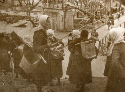 Γυναίκες της Ηπείρου μεταφέρουν πολεμοφόδια στο μέτωπο. Η συμβολή τους στον αγώνα ήταν τεράστια. Φωτογραφικό Υλικό ΔΙΣ