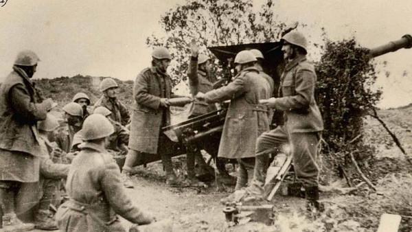 Το ελληνικό Πυροβολικό βάλει κατά ιταλικών θέσεων στο ύψωμα Ιβάν, κοντά στην Κορυτσά. Φωτογραφικό Υλικό Δ. Ιστορίας Στρατού