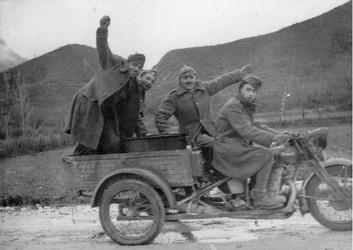 Επιστρατευμένοι κινούνται προς το μέτωπο. Η φωτογραφία είναι έκδηλη του ενθουσιασμού των Ελλήνων στρατιωτών το 1940. Φωτογραφία ΔΙΣ