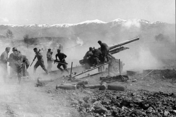 Βομβαρδισμός των ελληνικών θέσεων από το γερμανικό πυροβολικό στις 27 Απριλίου 1941 (Bundesarchiv)